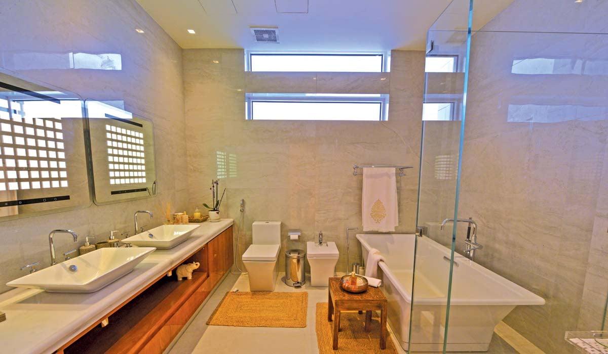 16.hoi_photos_facility_master bath-wide